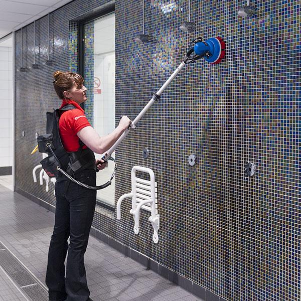 Jednokotoučový mycí podlahový stroj s teleskopickou rukojetí