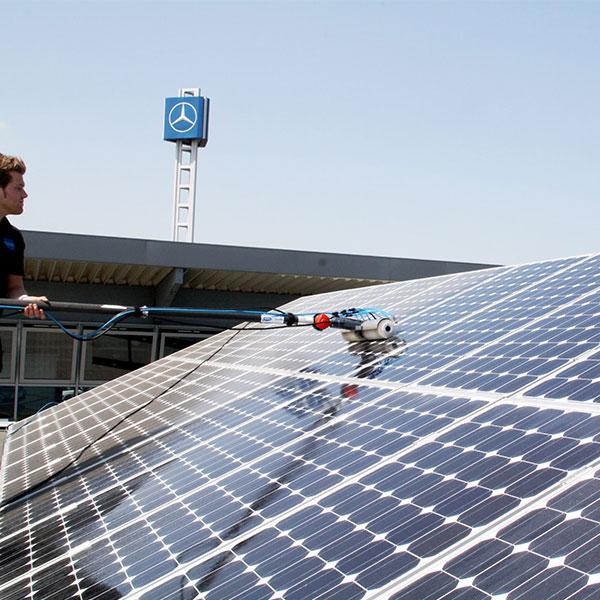 AquaQlean Solar byl speciálně navržen pro čištění solárních panelů.