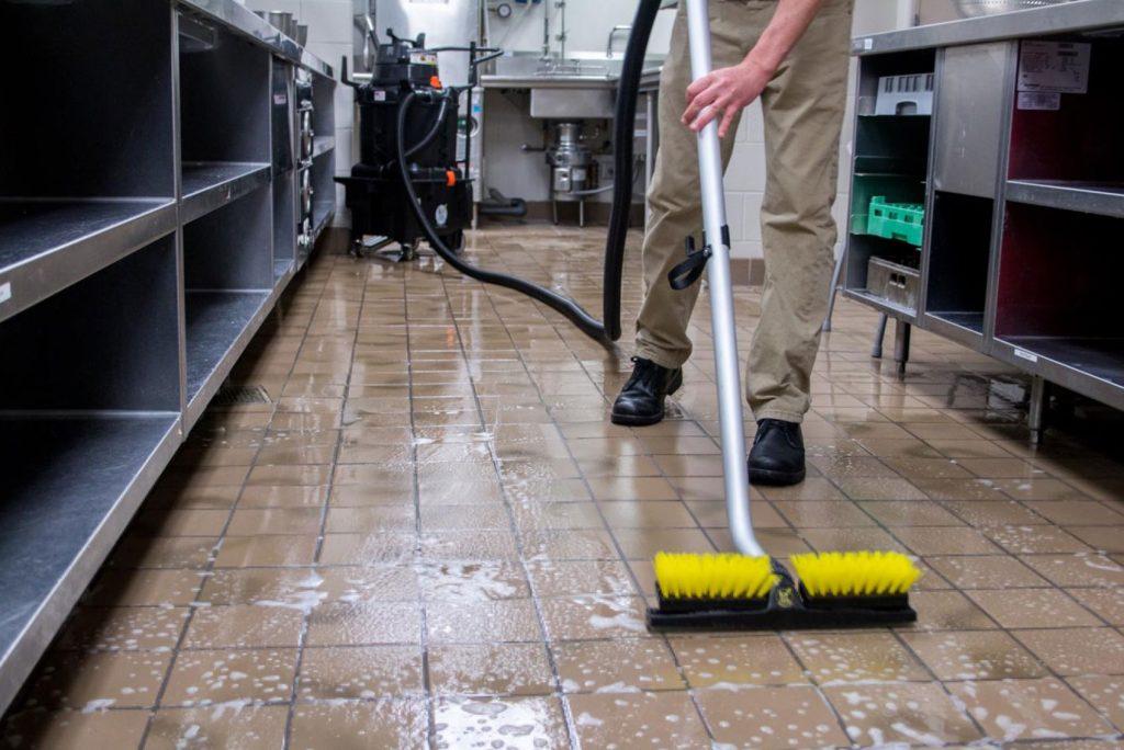 Úklidový stroj na čištění podlah