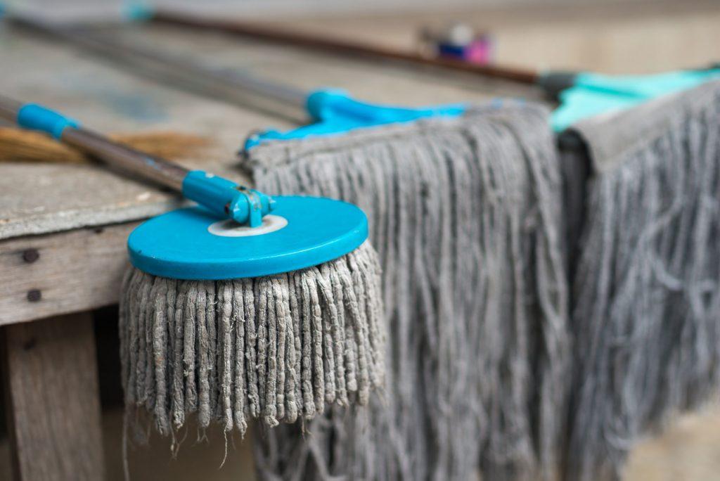 Špinavý mop na podlahu