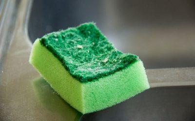 Pozor! Špinavá kuchyňská houbička nebo hadr na nádobí může obsahovat až 82 miliard bakterií