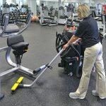 OmniFlex™ SUV™ při úklidu ve fitness