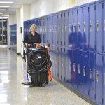 OmniFlex™ SUV™ při čištění podlahy ve škole