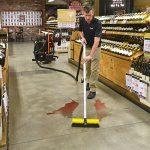 OmniFlex™ SUV™ při odstraňování rozlitého vína z podlahy v obchodě