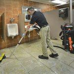 OmniFlex™ SUV™ při čištění podlahy na toaletách