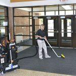 OmniFlex™ SUV™ při úklidu - vysávání podlahy ve vstupní hale